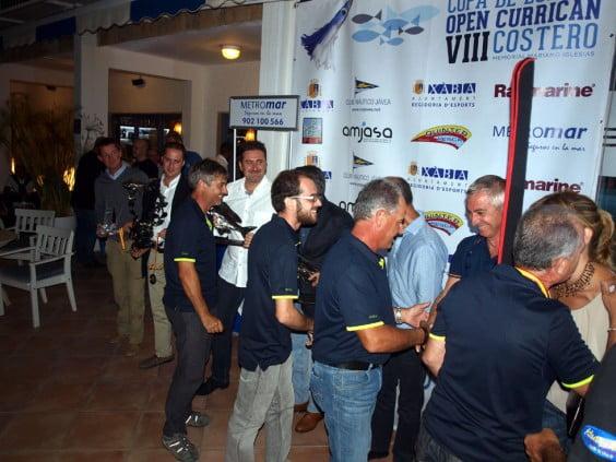 Los tripulantes del Blaucat saludan a las autoridades durante la entrega de premios