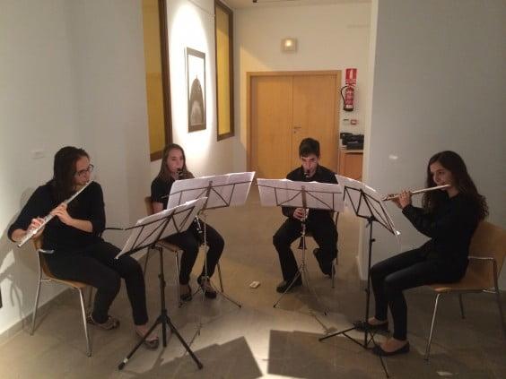 Alumnes del Centre Artístic Musical de Xàbia van acompanyar amb música la inauguració