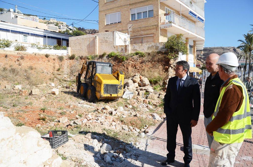 El alcalde José Chulvi y el concejal de Obras Paco Torres, visitan el solar