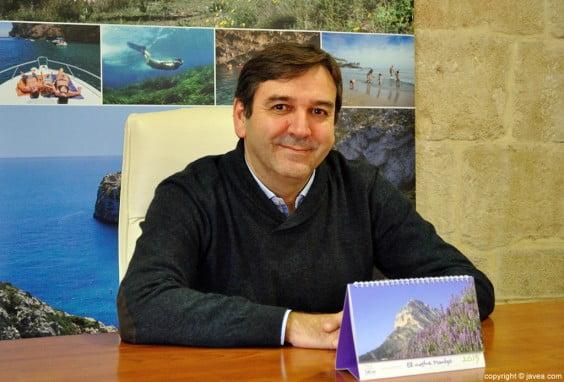 El concejal de Turismo, Toni Miragall, con el calendario
