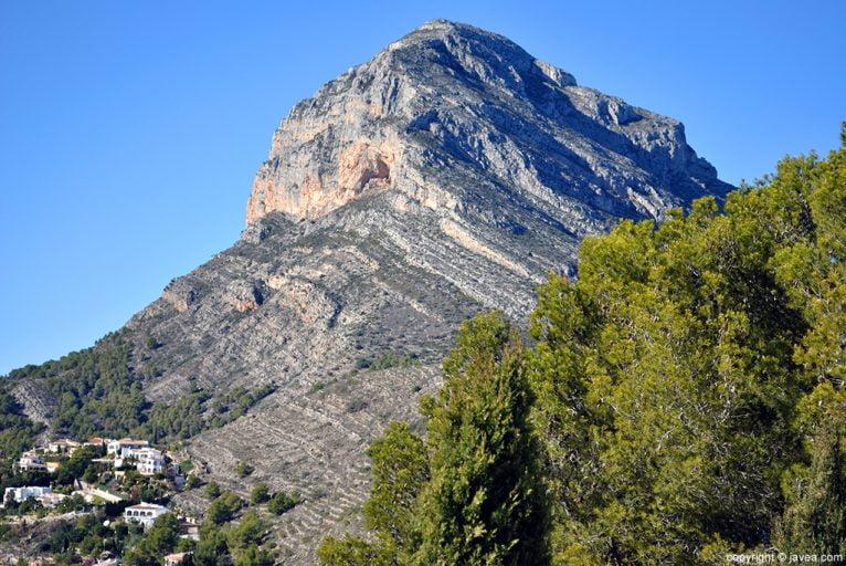 El Montgó vigila al seu segon punt més alt, el penyal de Santa Llúcia