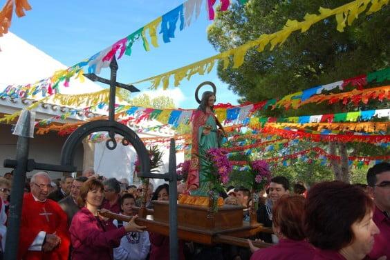 Santa Lucía recorre en procesión los exteriores de su ermita