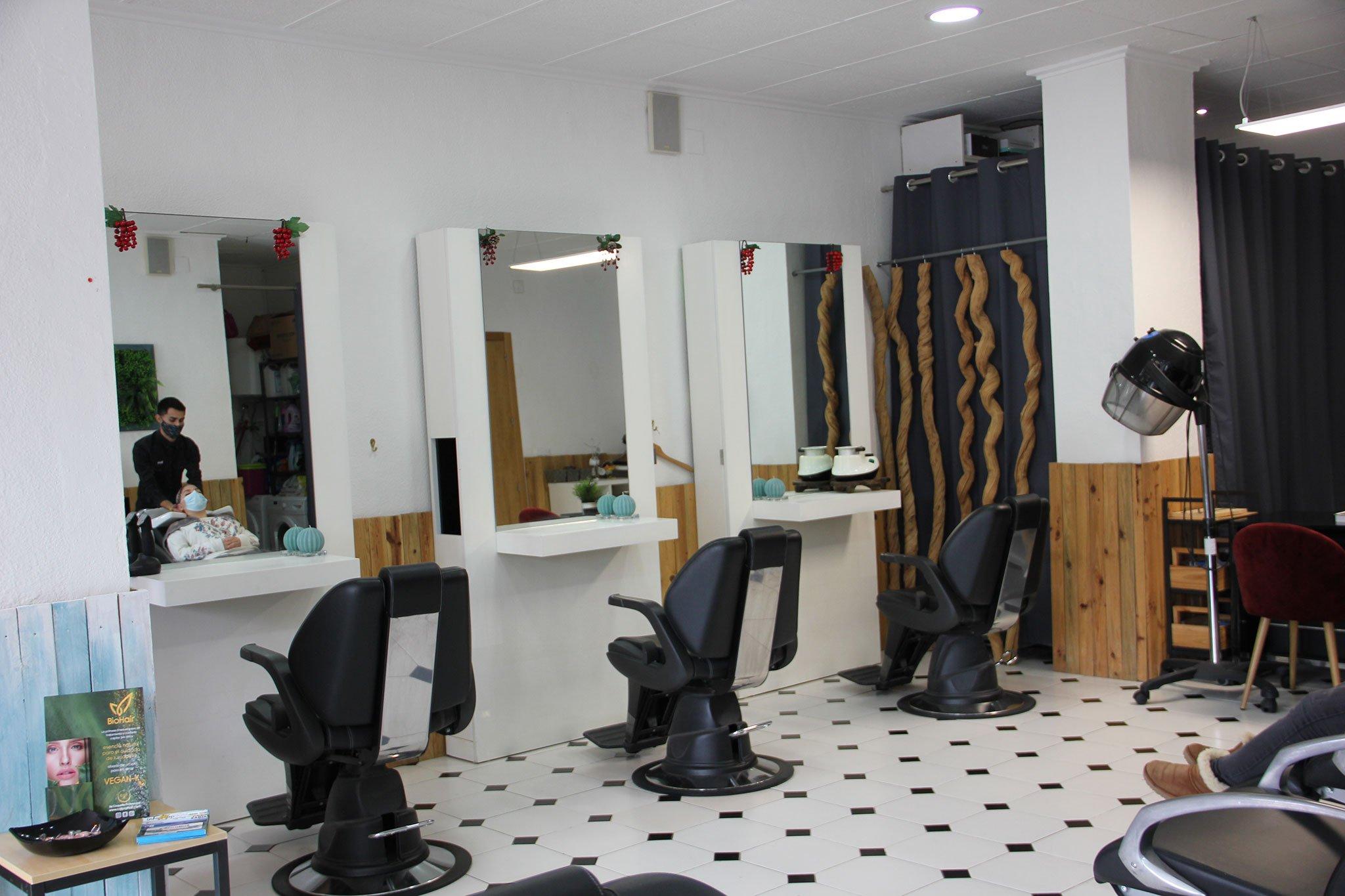 Sillones en un salón de peluquería en Jávea – Charlie & O