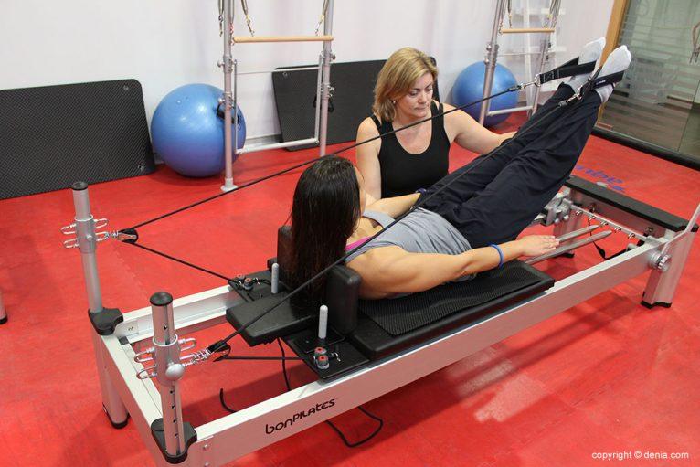 Clase de pilates con máquinas