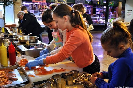 Los más pequeños aprendieron a cortar salmón