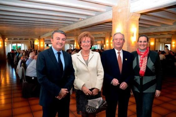 El alcalde José Chulvi junto a la presidenta de los Jubilados, Tere Navarro