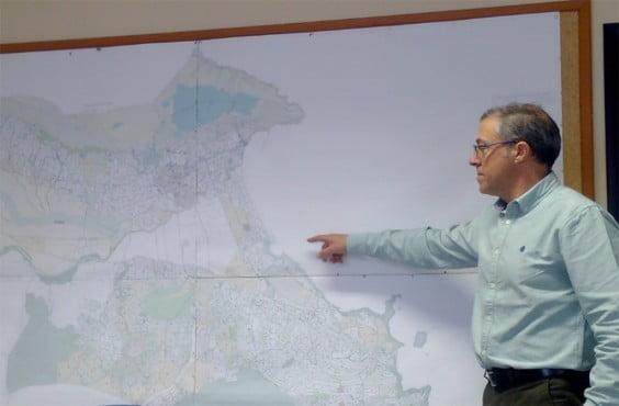 Pere Sapena mostrando el Plan General de Xàbia