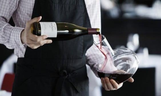 Sumiller decatando el vino