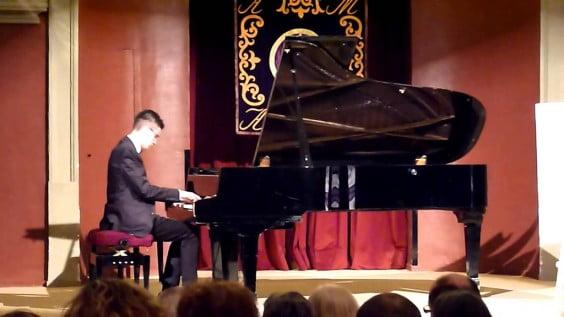 Diego Navas tocando el piano