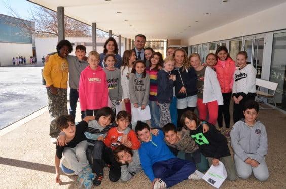José Chulvi junto a alumnos del colegio Arenal