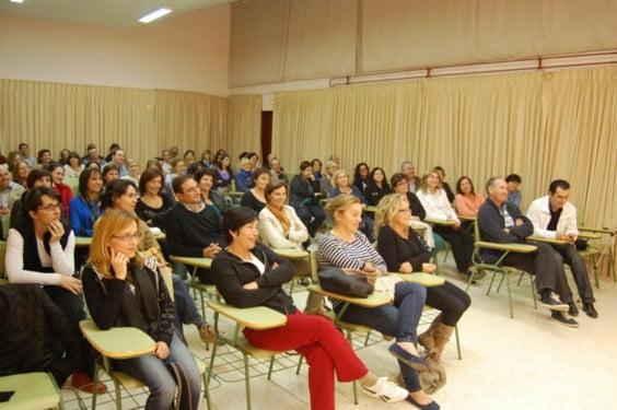 Participantes en una de las charlas de la Escuela de Padres del IES. Antoni Llidó