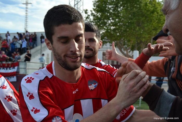 Armando celebrando el tercer gol del Jávea