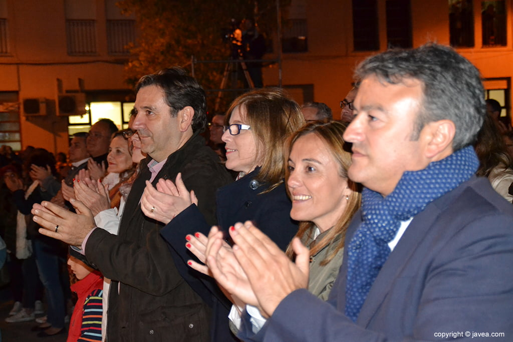 Chulvi junto a Miragall aplaudiendo