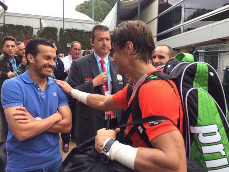 Ferrer saludando a Pedro jugador del FC. Barcelona