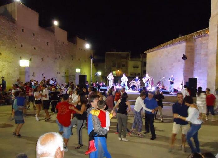 Gente bailando con la música de Tres fan ball