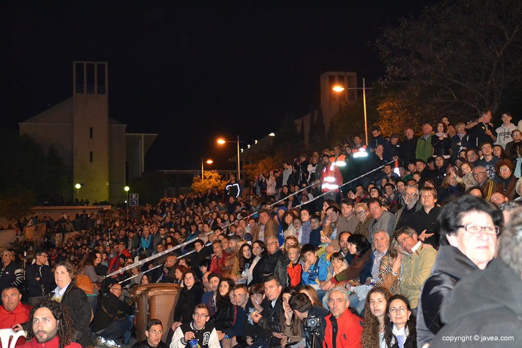Gente de píe en la Plaza Constitución
