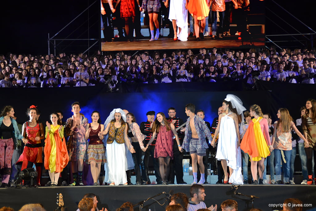 Grupo de ballet saludando