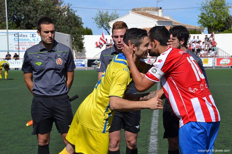 Javi y Carlos Ribes se salundan antes del partido