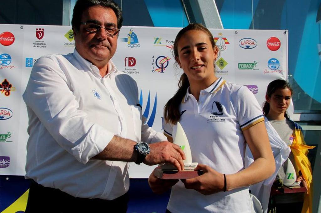 Julia Miñana recogiendo su trofeo