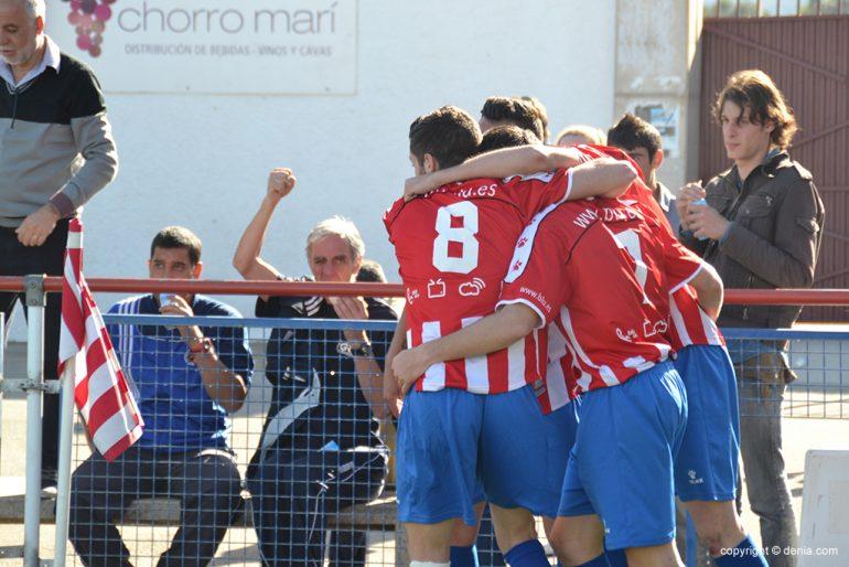 Los jugadores del Jávea celebrando un gol