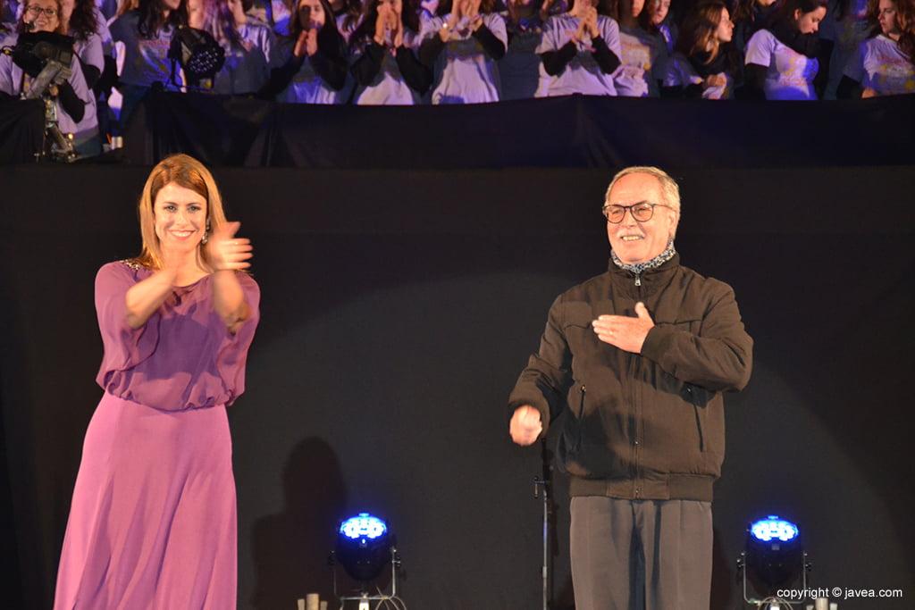 María Macià y Vicent Ferrer saludando