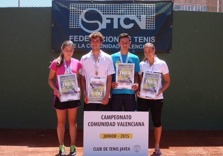 Campeones y finalistas junior en la pista del Club Tenis Jávea