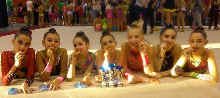 Gimnastas del C.D. Montgó con sus trofeos