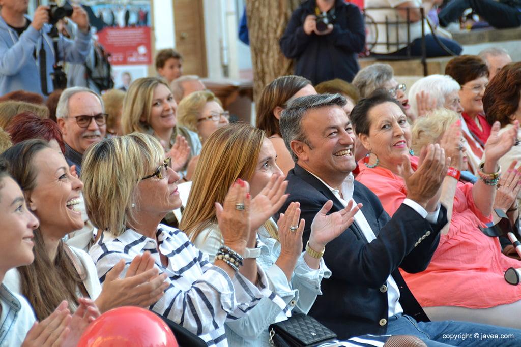 José Chulvi aplaudint la intervenció d'un company