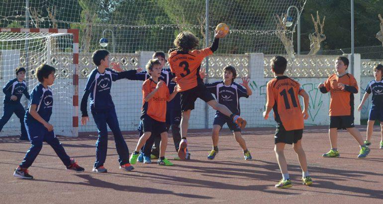 Lanzamiento de un chaval del Club Handbol Xàbia
