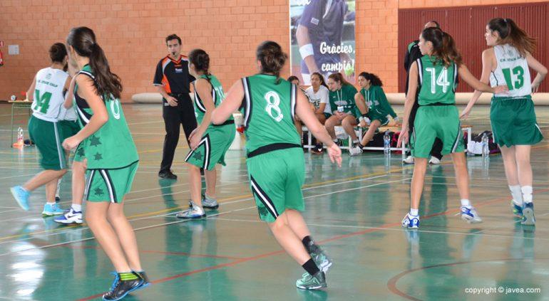 Las juniors del  Joventut Xàbia defendiendo un balón