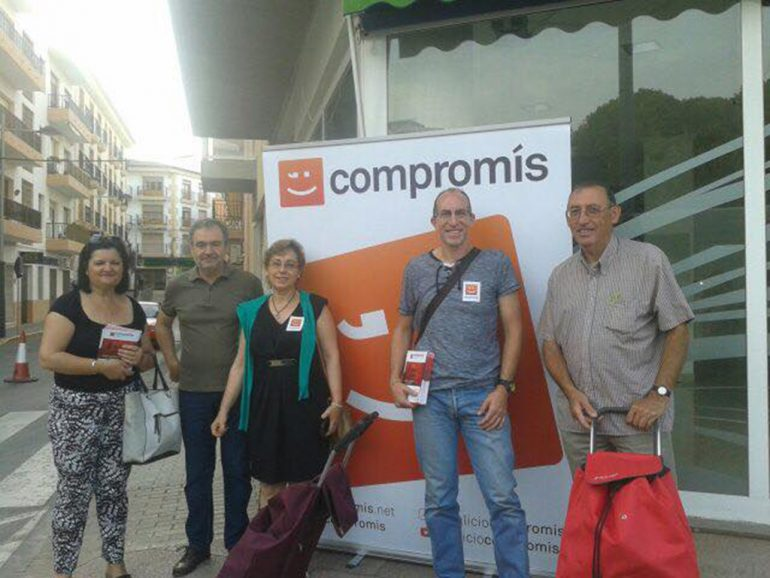 Vicent Colomer con gente de Compromís per Xàbia