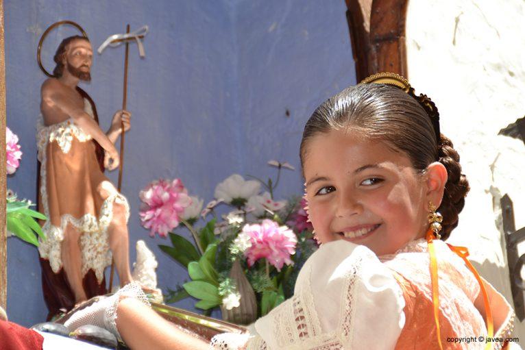 Ainhoa Buigues sonriente tras realizas su ofrenda