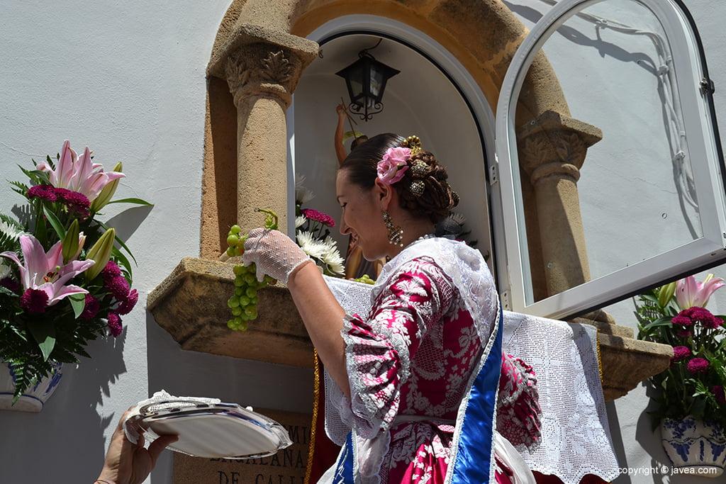 Carmen Catalá haciendo la ofrenda a S