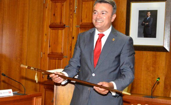Chulvi recibe la vara de alcalde de nuevo