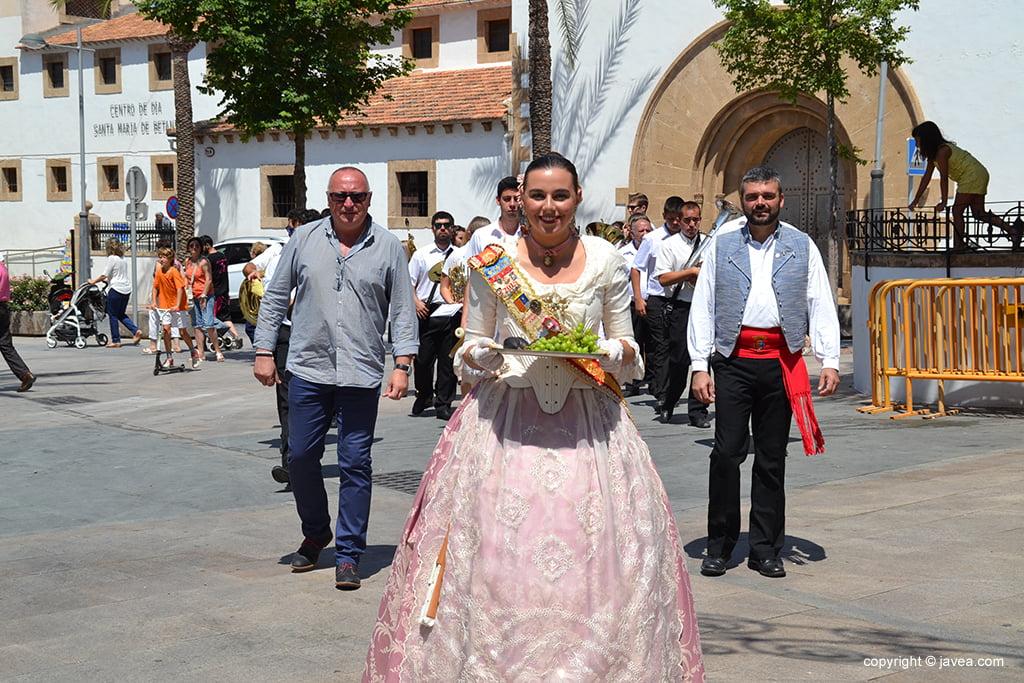 La reina de Fogueres en la plaza del Convent