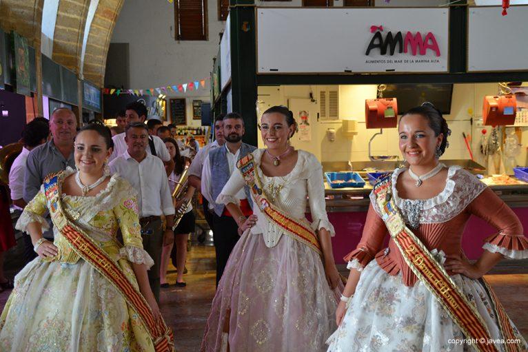 La reina de fogueres visitó el mercado municipal