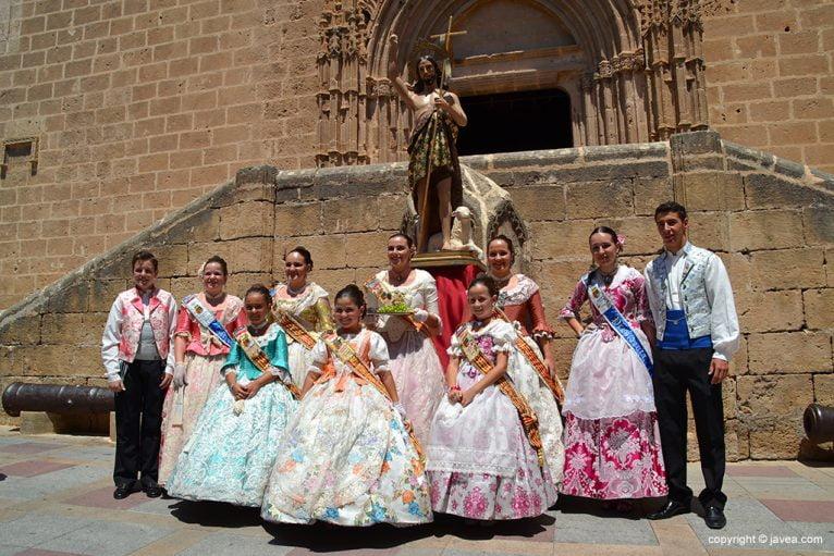 Las reinas de Fogueres con la comisión junto a San Juan.