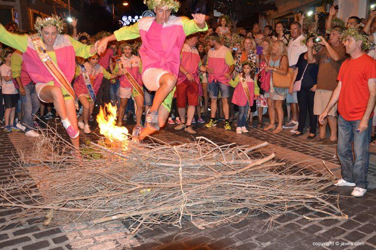 Lucía Catalá saltando la hoguera