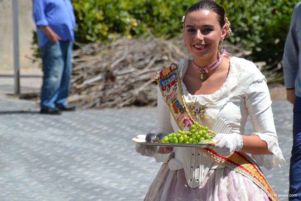 Lucía Catala con la uva