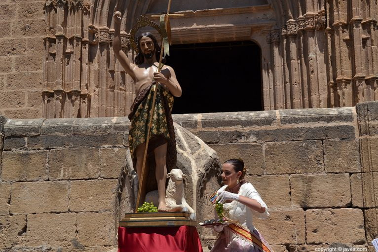 Lucía Catala ofreciendo la uva