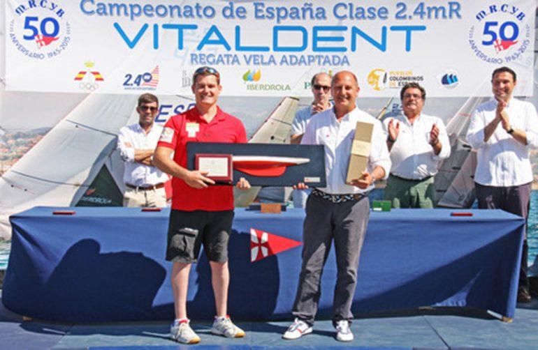 Rafa Andarias recogiendo su trofeo