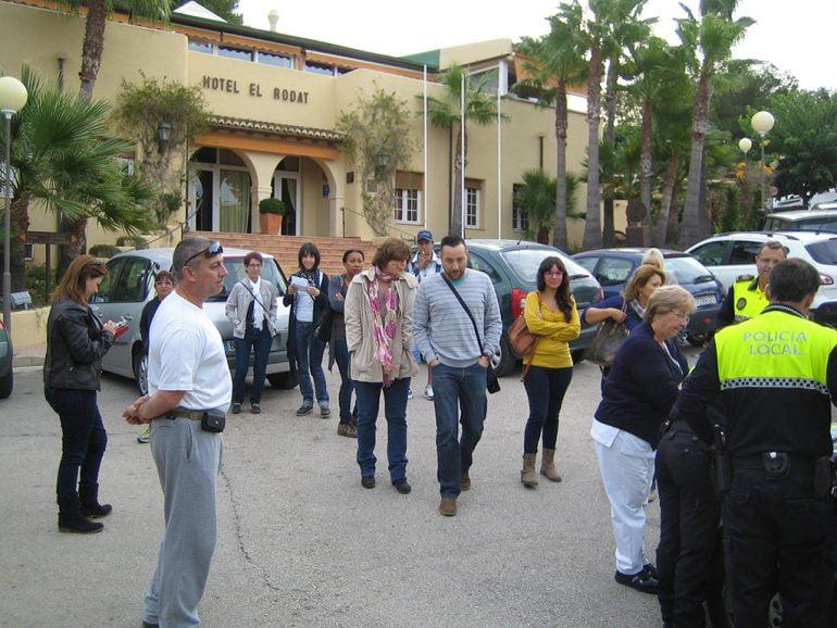 Trabajadores ante la puerta del Hotel El Rodat