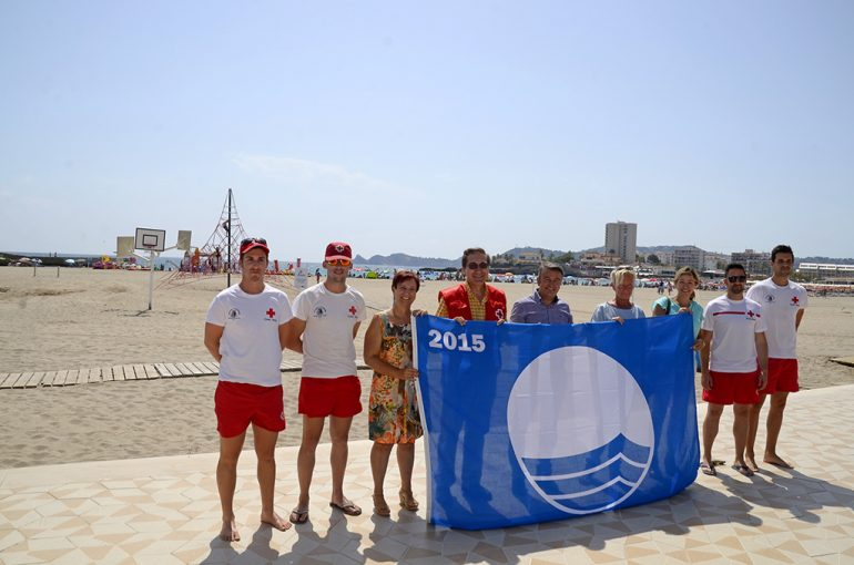 Autoridades municipales y de Cruz Roja con la bandera azul