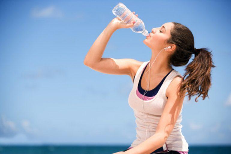 Beber agua en días de calor.