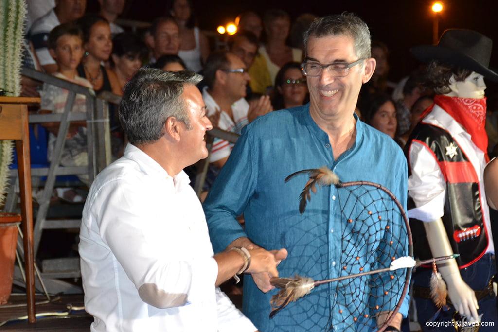 Chulvi entrega una escultura a Alfred Picó
