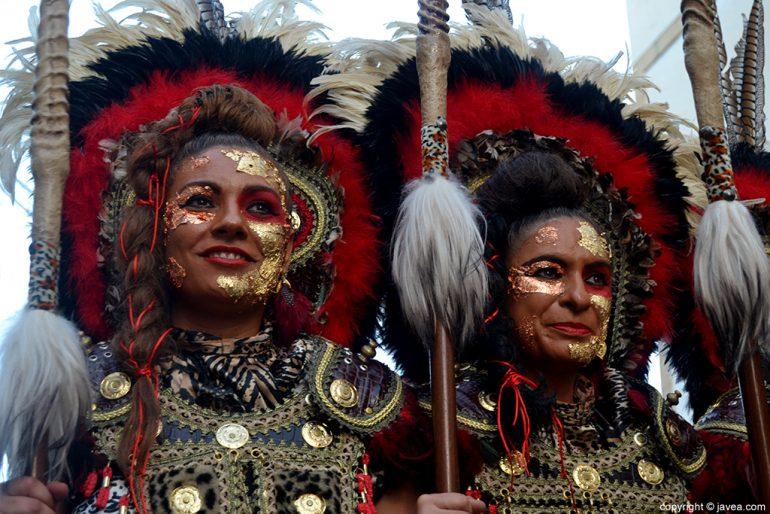 Dos festeras durante el desfile de gala