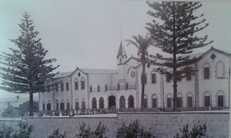 Fachada principal del Asilo Hermanos Cholbi mediados el siglo XX