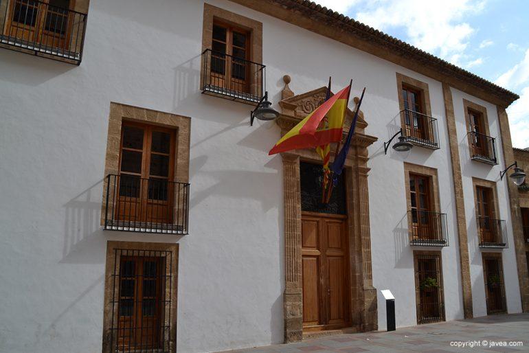 Fachada principal del ayuntamiento de Jávea