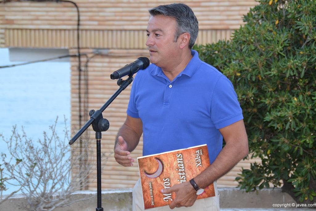 José Chulvi sosteniendo el libro de fiestas