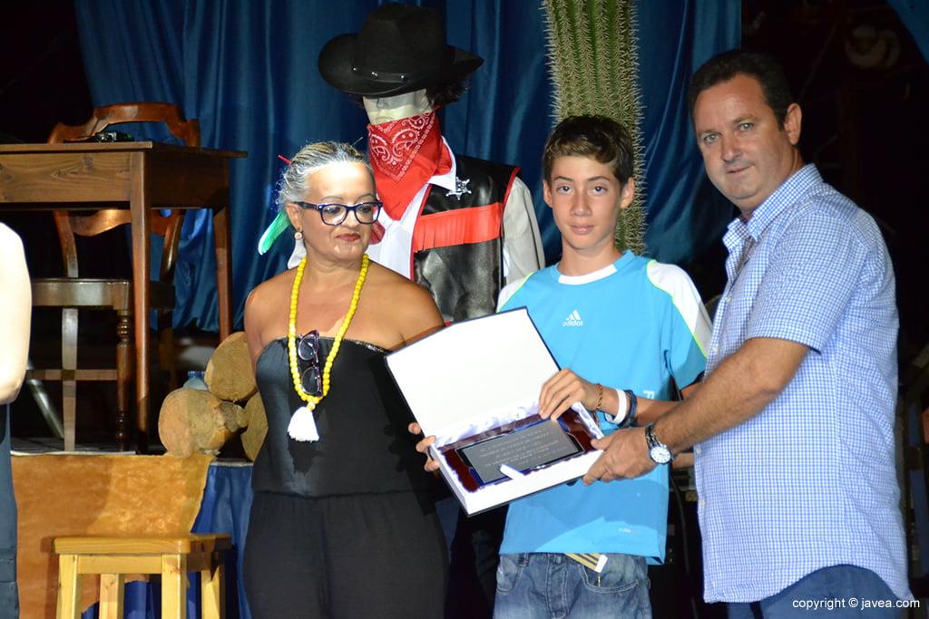 Juan José García entrega placa a Harry Guevara